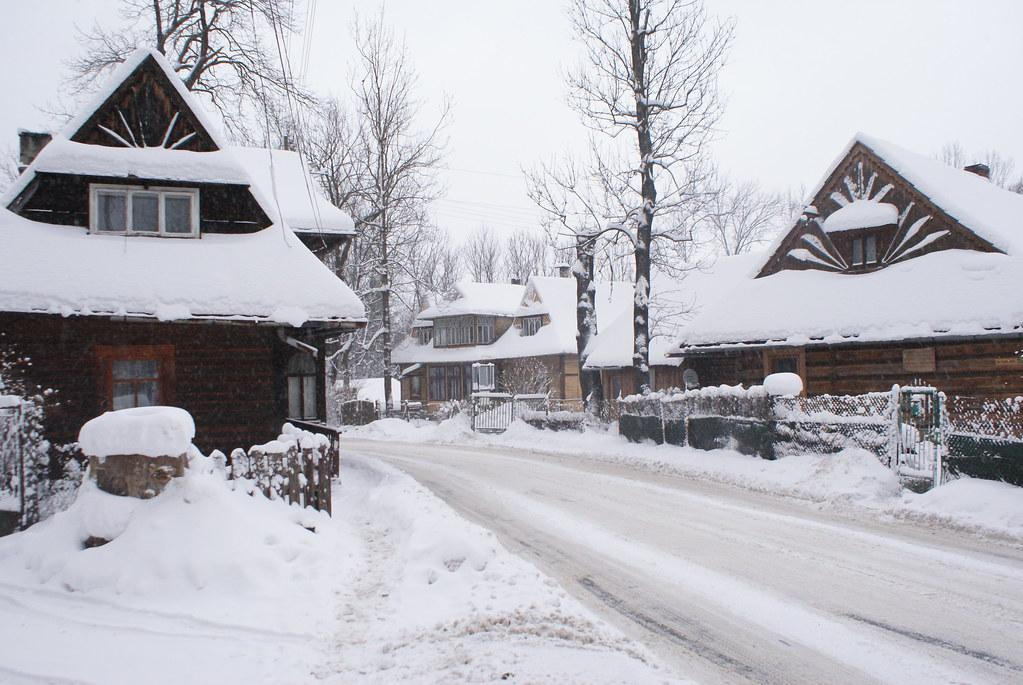 Rue enneigée de Zakopane dans les Carpates en Pologne.