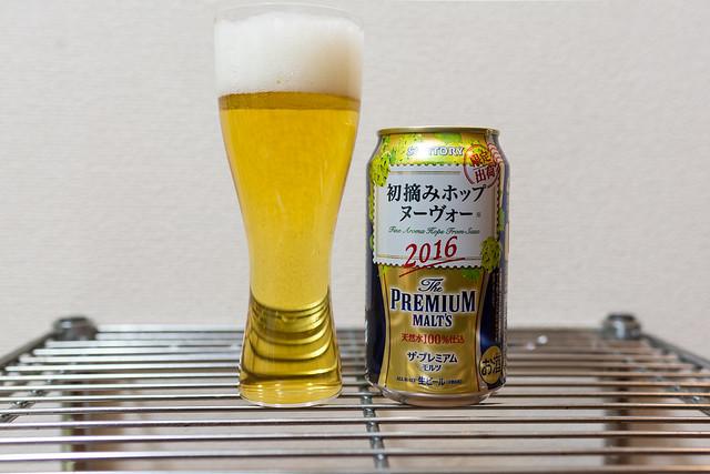 グラスに注いだ初摘みホップヌーヴォーは鮮やかなゴールド
