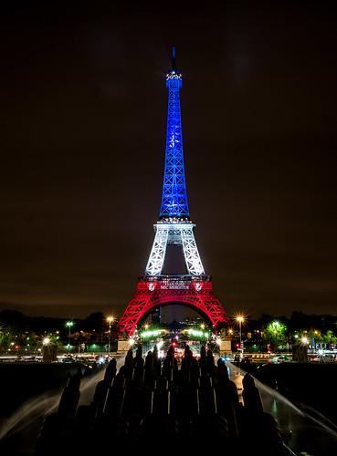 La tour Eiffel illuminée en bleu blanc rouge - Fluctuat ne ...