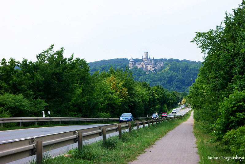 Автомобильная дорога к замку