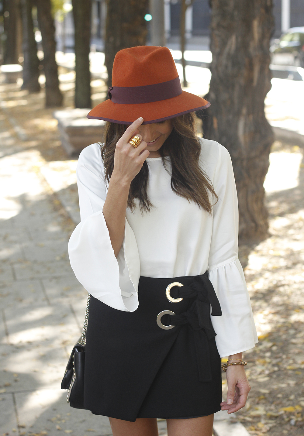 black shirt heels uterqüe hat Blouse with flared sleeves accessories style fashion outfit04