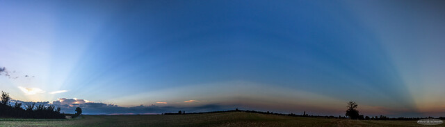 Rare Sky-wide rays : Anticrepuscular rays and crepuscular rays [Panorama] , France