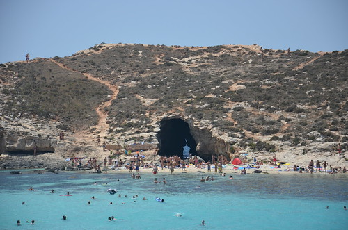 Blick auf die Grotte am anderen Ende der blauen Lagune.