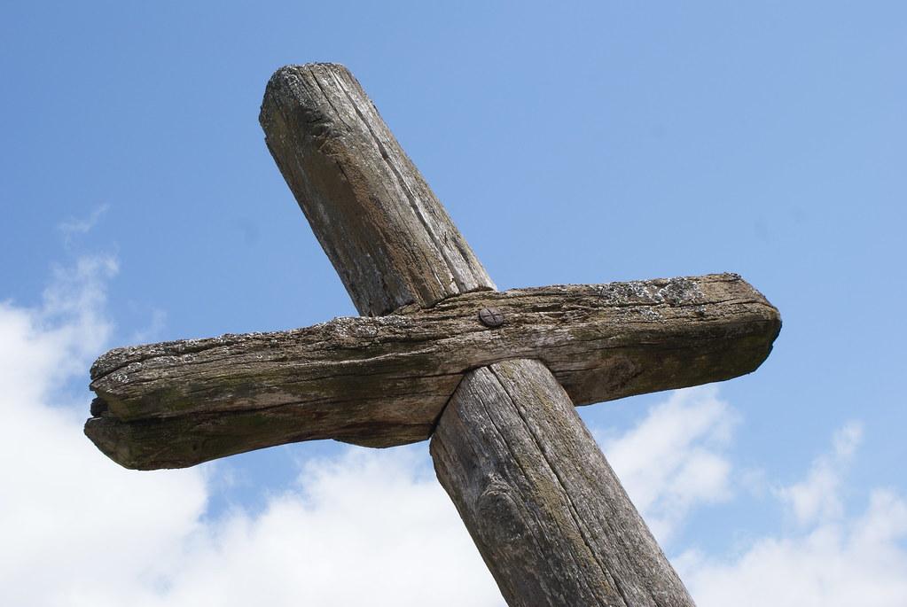 Croix en bois devant une église catholique de Biélorussie.