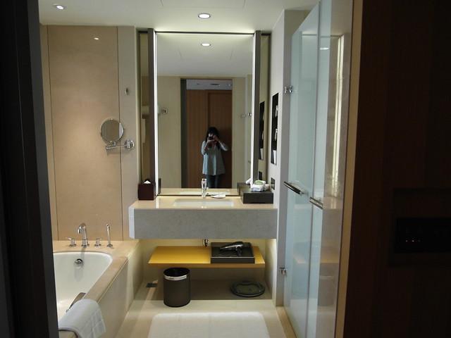 乾濕分離的浴廁,中間是洗手台,左手邊是浴缸,右手邊兩間一間是浴室一間是廁所@台中日月千禧酒店