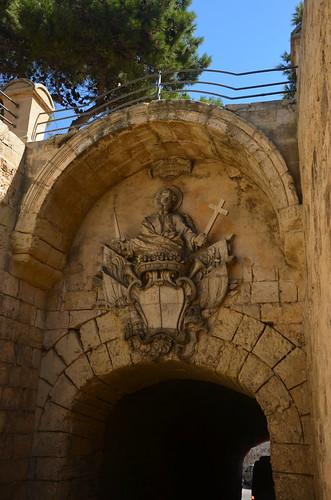 Das Stadttor von Mdina mit ihrem Wappen
