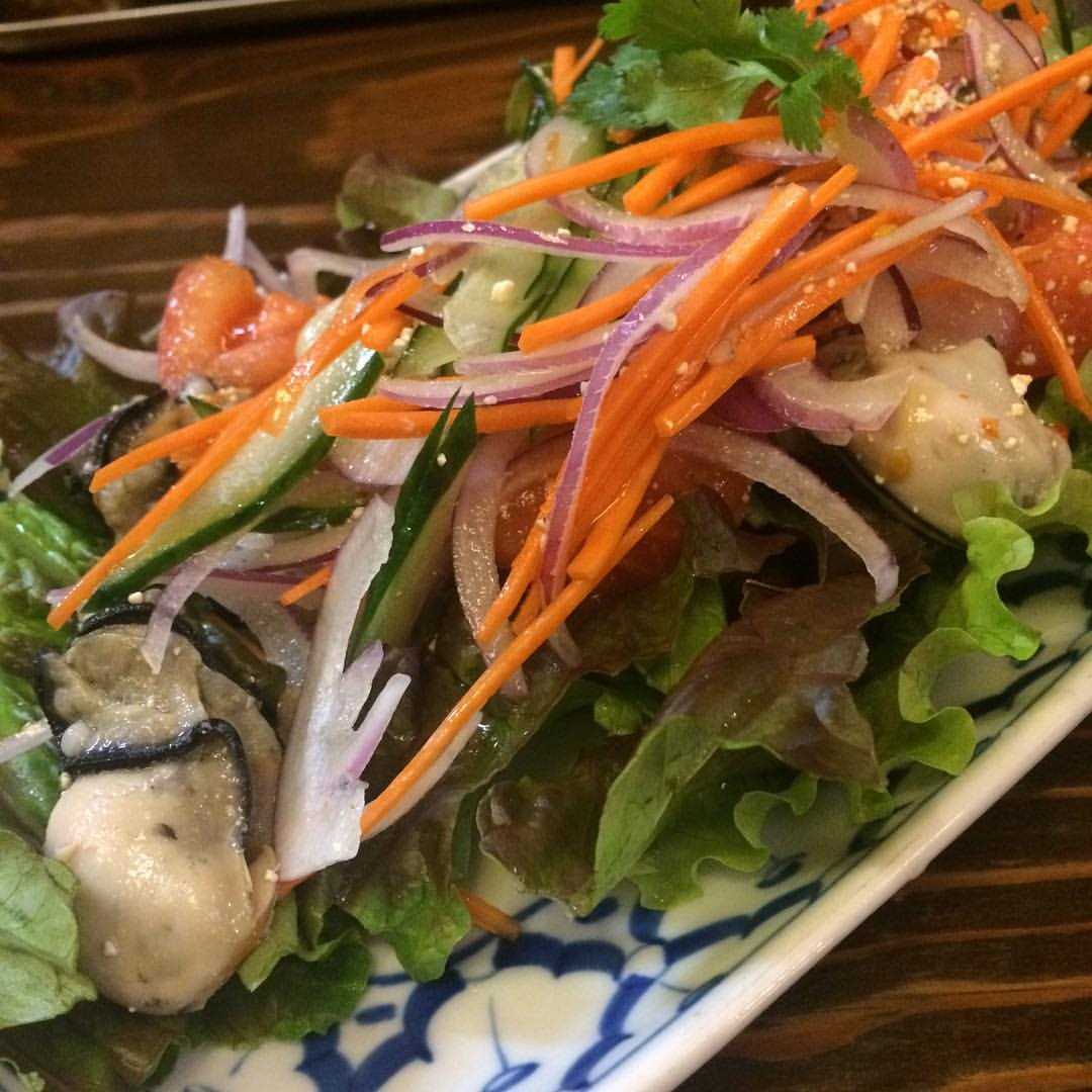 前菜としてヤムホイ(牡蠣のサラダ)いただきます。うおーうまー