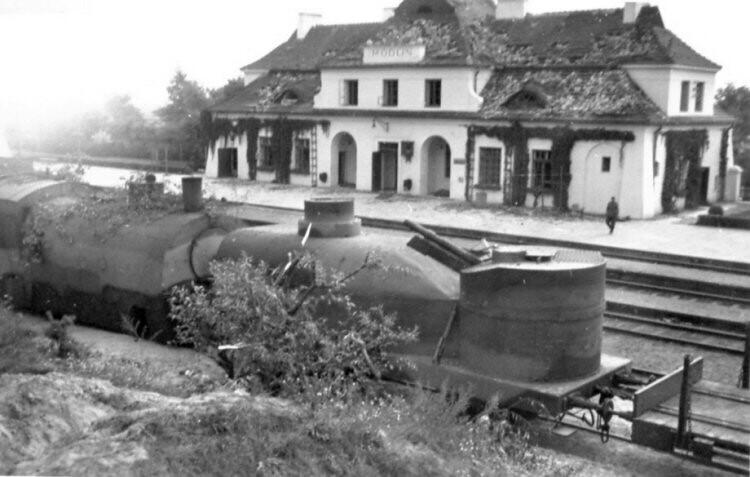 Vagón de tren blindado con una torre  usando la versión del obús Skoda polaco, el wz 1914-1919