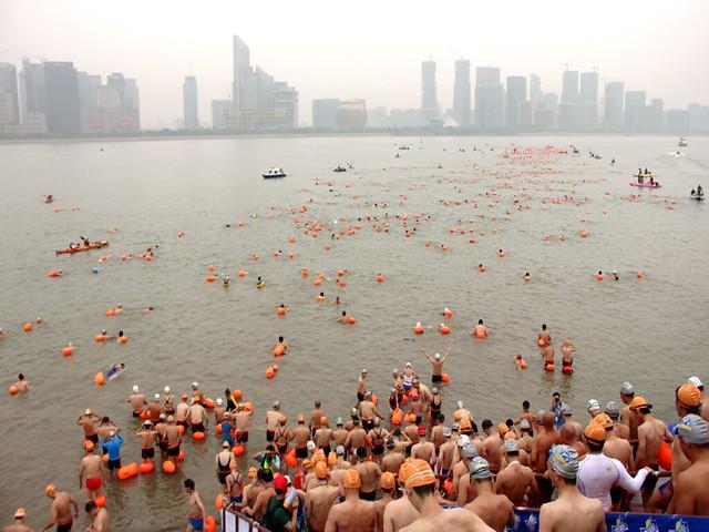 नदी में नहाने जाते लोग
