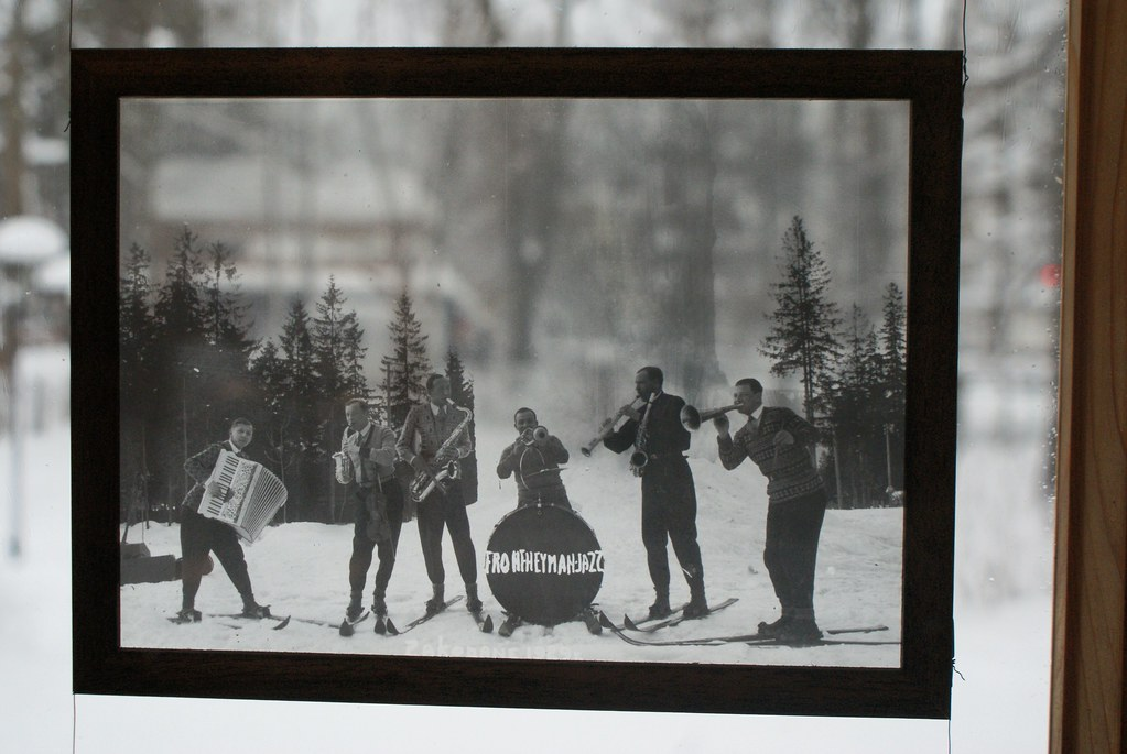 Un groupe de jazz sur ski avant la guerre. Photo du musée Oksza à Zakopane.