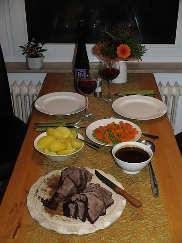 Rinderschmorbraten mit Kartoffeln und Erbsen-Möhren-Gemüse (Tisch)