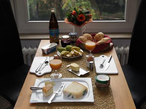 Sonntagsfrühstück mit frisch gebackenen Brötchen