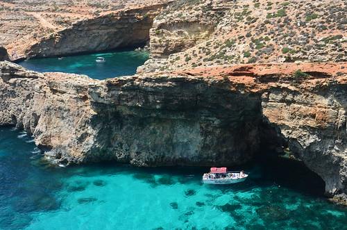 Ein Foto mit einem Boot, das nah an eine Piratenhöhle fährt.