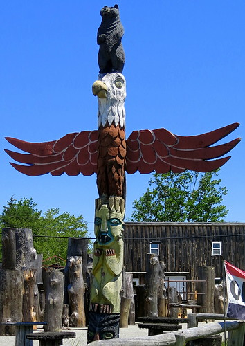 A totem pole capped by a bear on the head of an eagle, Ray… | Flickr