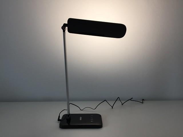13 Lampe de bureau LED Aukey éclaire vers mur