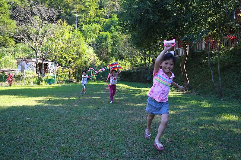 小朋友們在放風箏