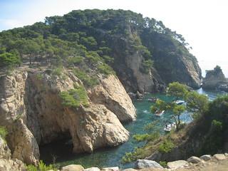 Atractiva cala cerca de la playa de Castell.