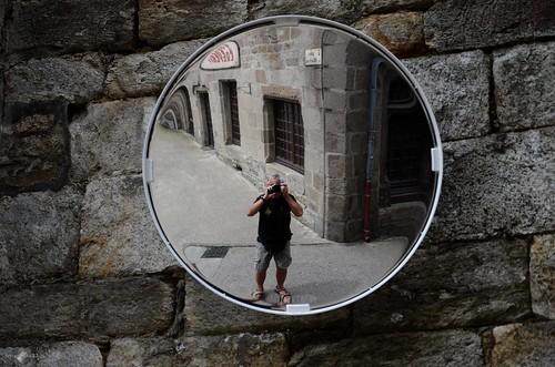 Le miroir r flechit lui dans une rue de tr guier for Miroir 3 pans