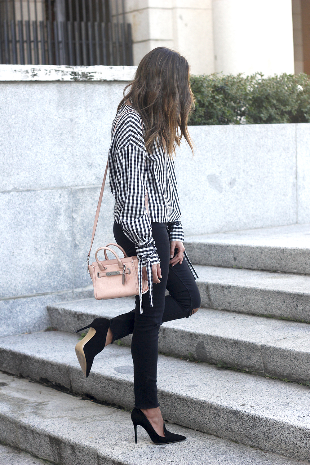 vichy shirt black ripped jeans black heels coach bag accessories outfit style fashion03