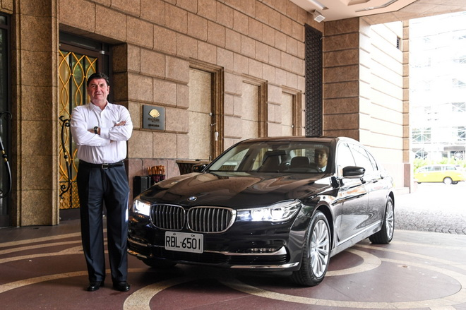 [新聞照片二]BMW大7系列為紅點設計大獎執行長彼得.賽克(Peter Zec)訪台指定座車(商周集團提供)