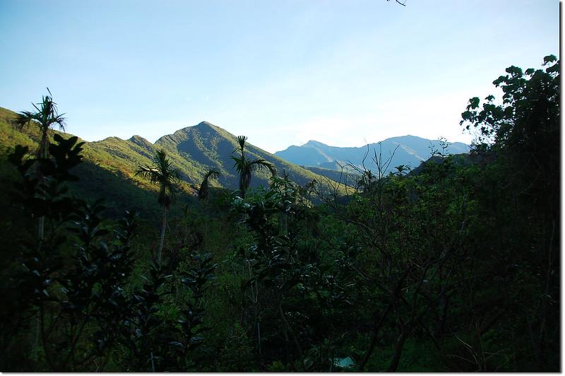 登山步道北眺群山(左至右,德文、大母母、麻留賀) 1