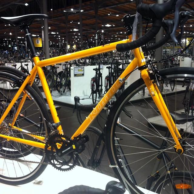 #dailypicture das ist ein Kona Rennrad in Gelb metallic. Ich ließ meine Bremsen erneuern und stand 10min davor *drool* #fahrrad #roadbike