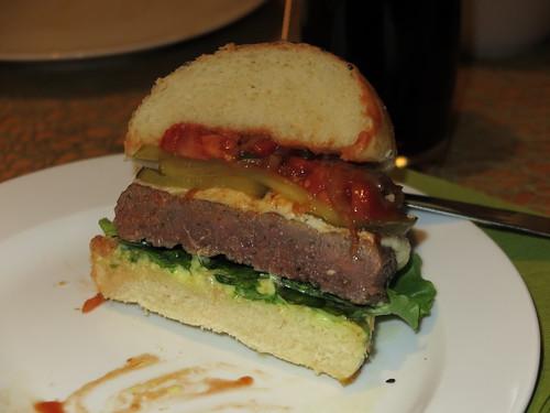 Nebraska-Dry-Aged-Beef-Burger (Querschnitt)