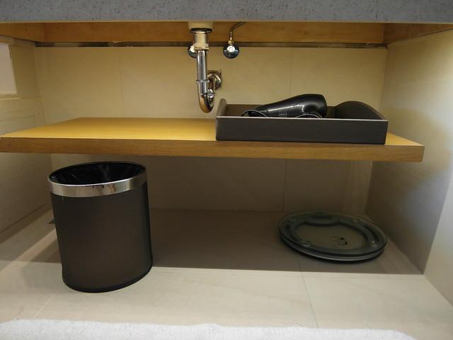 洗手台下方超乾淨!有體重計、吹風機、垃圾桶@台中日月千禧酒店