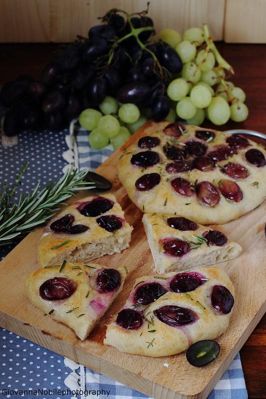 Ricetta delle focaccine di farina semi integrale con uva nera, rosmarino e timo