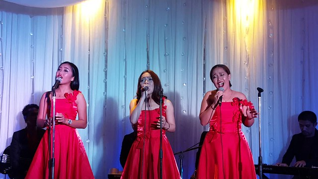 DavaoLife.com : Vocal trio Zahlia | A Beautiful Blue & Silver Themed Christmas Tree Lights Up at SEDA Abreeza