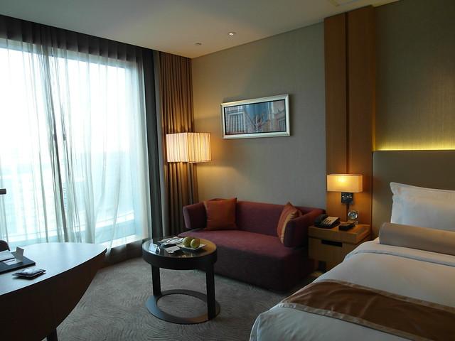 日月客房,雙人房,有可以休憩的小沙發、書桌、大床@台中日月千禧酒店