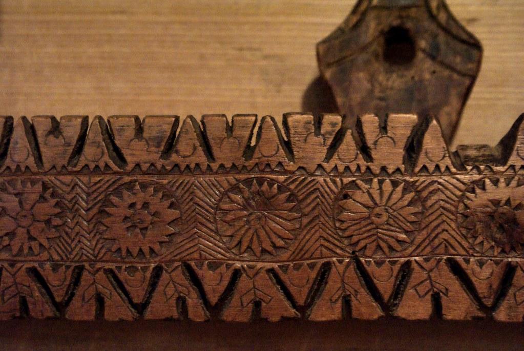 Porte cuillère sculptée de motifs populaires.