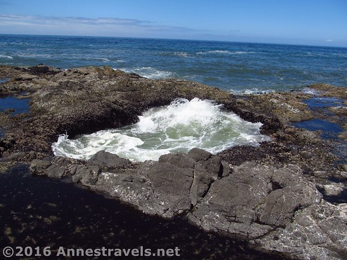 Thor's Well fills with water at Cape Perpetua, Oregon