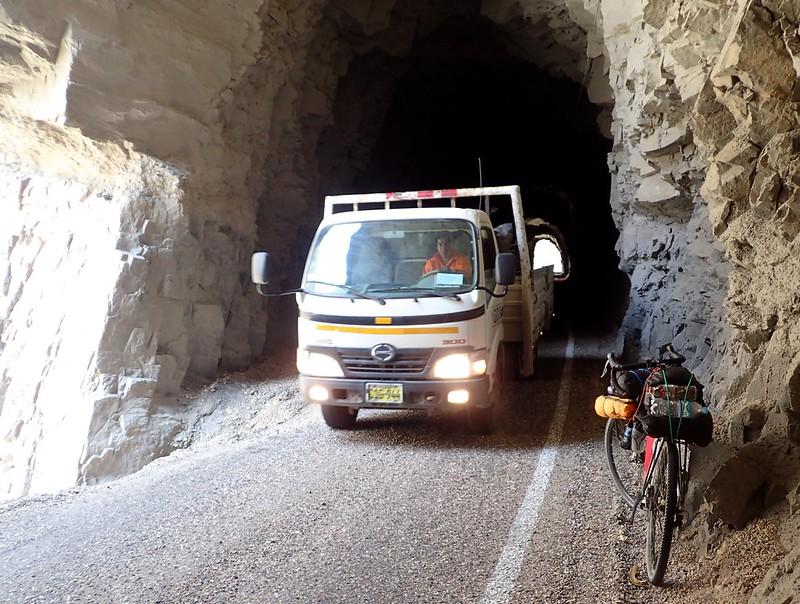 Los túneles del cañón del Pato sólo tienen un carril... Gana el más fuerte.