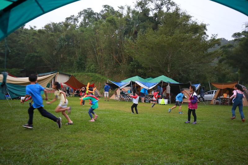 雨停了,小朋友們又開始出現在草地上奔跑