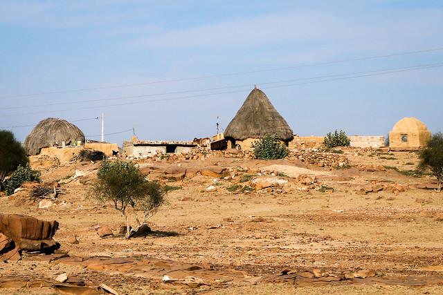 A village near Khuri sand dunes, Jaisalmer, India ジャイサルメール、クーリー砂丘近くの村