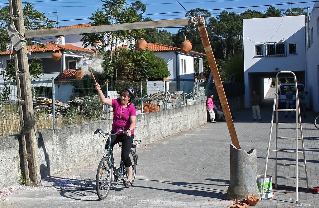 Ici, le but du jeu est de casser le pot tout en faisant du vélo