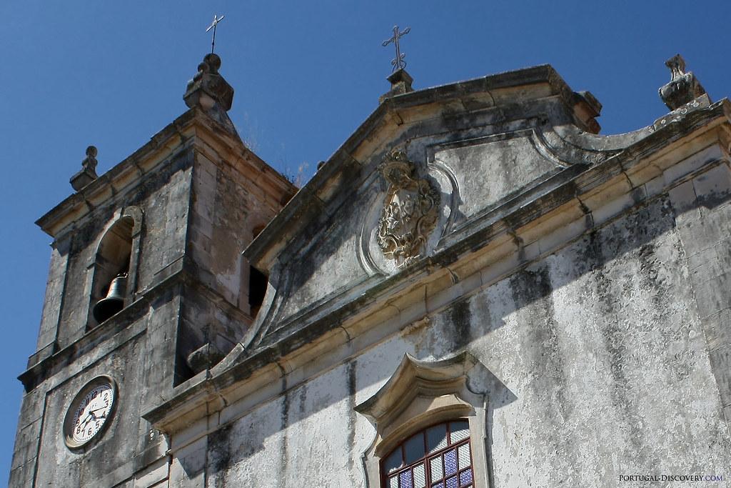 Blason de Saint François sur la façade de l'église