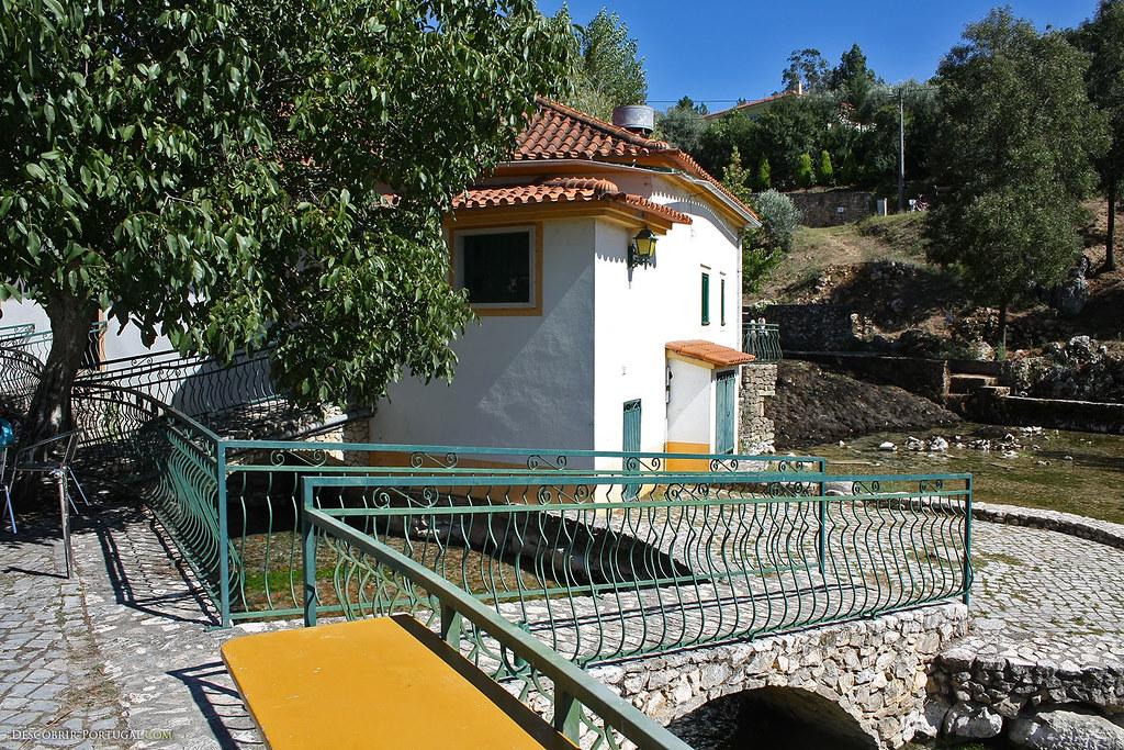 Sous ce bâtiment, la rivière Anços prend sa source