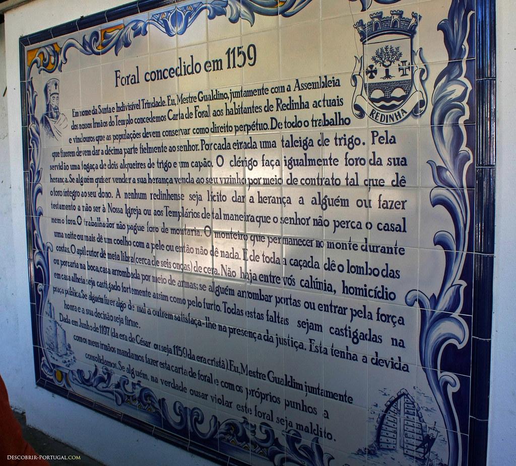 Ici, les azulejos reproduisent le Foral de Redinha, le document médiéval qui établit le village comme nouvelle zone de peuplement chrétien