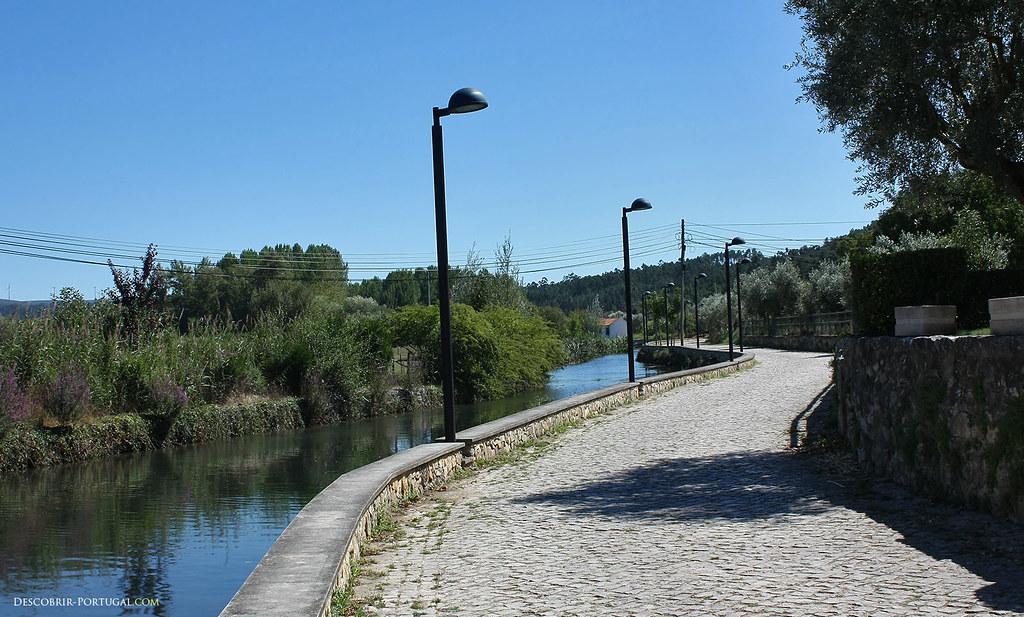 Une très belle route longe la rivière