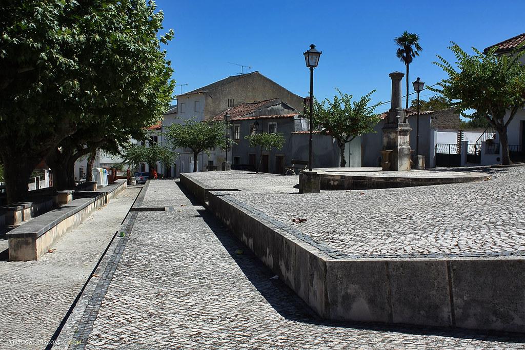 Trottoirs portugais, en petits pavés blancs et noirs