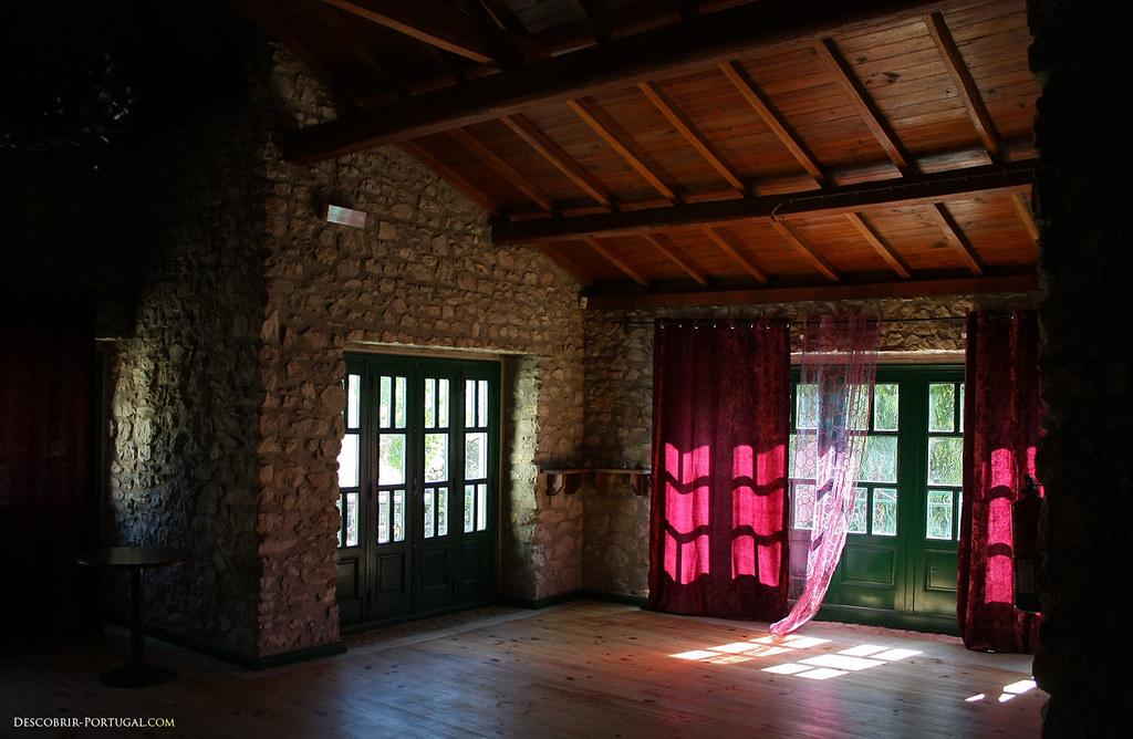 Le bâtiment, un ancien moulin à eau, sert aujourd'hui de salle de réception
