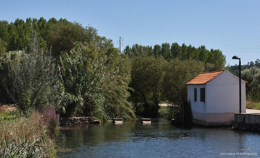 Sur la rivière, un moulin à eau