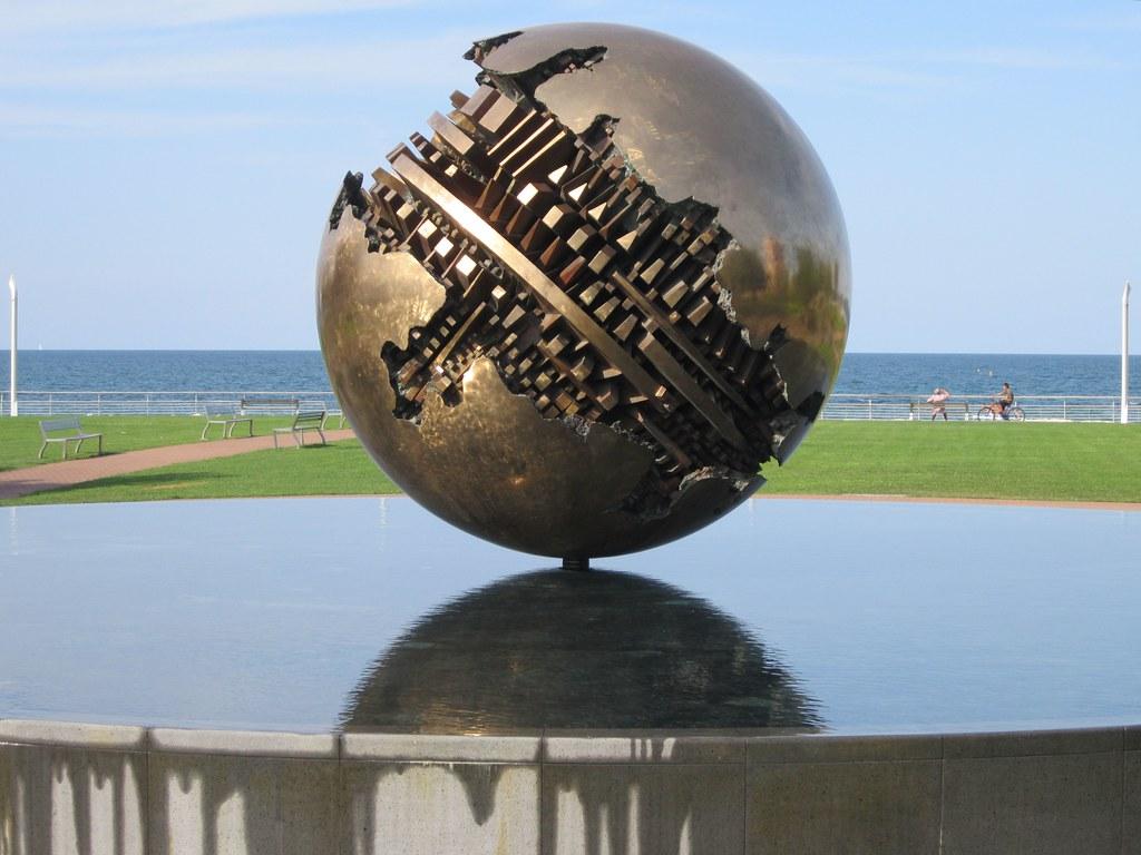 La sfera grande dello scultore arnaldo pomodoro sul lungom for Opere di arnaldo pomodoro