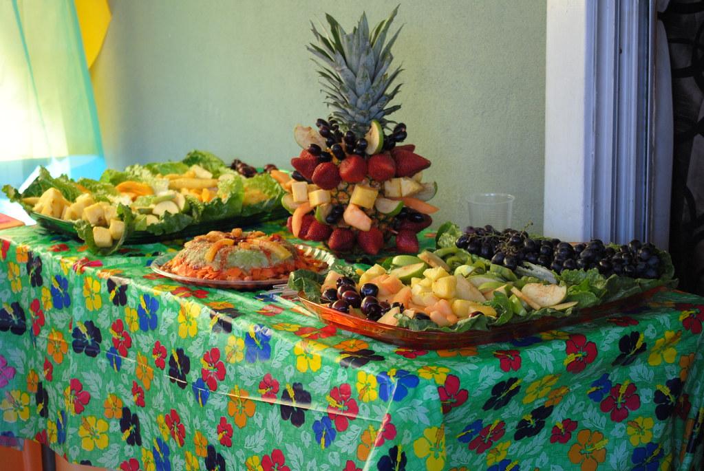 Mesa de frutas mesa decorada con fruta para fuente de - Mesa de navidad decorada ...