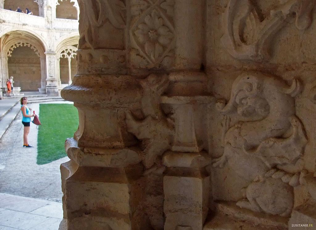 Des animaux fantastiques peuplent la décoration de pierre du monastère portugais