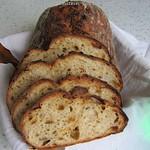 Brot mit ofengebackenen Kartoffeln und gerösteten Zwiebeln