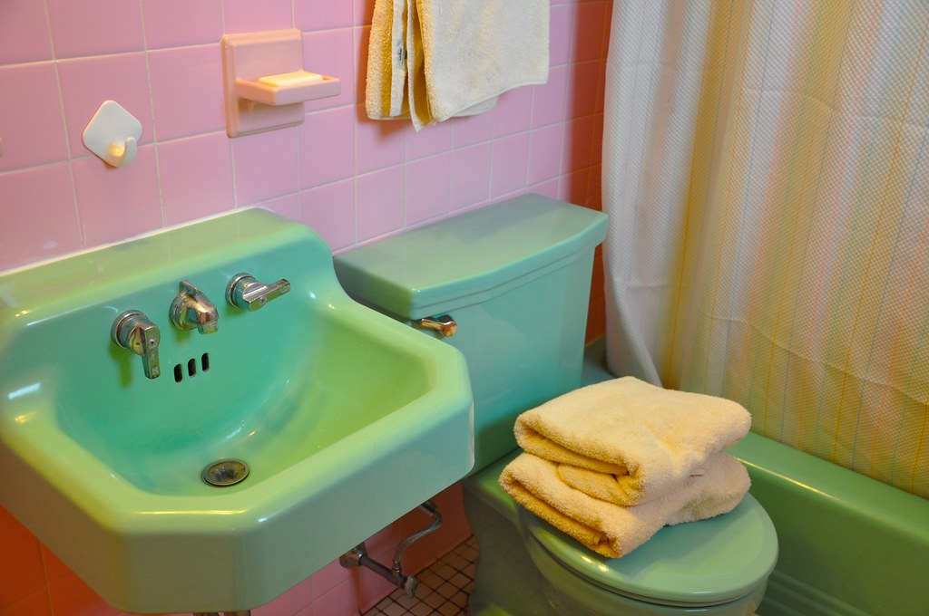 Green Sink, Pink Tile, Vintage Bathroom Fixtures | By Mod Betty /  RetroRoadmap.