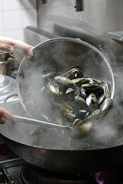 washing mussels with Kylie Kwong | by David Lebovitz